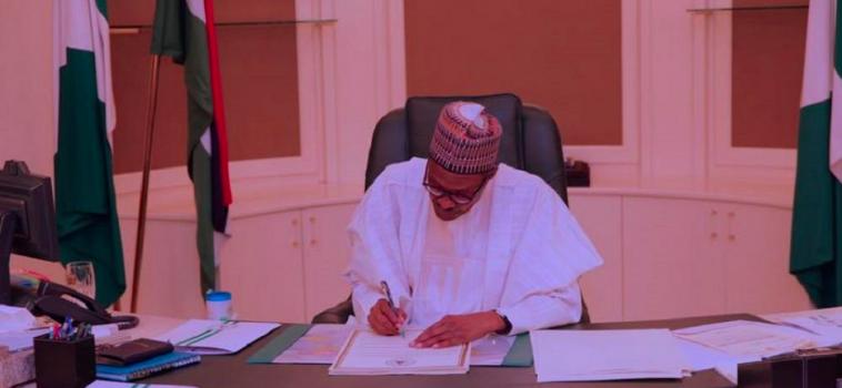 Le président du Nigéria signe des décrets pour assurer une relance économique du pays